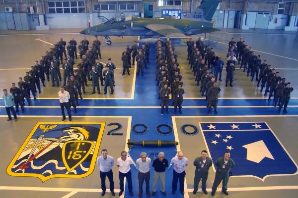 Efetivo do Esquadrão Adelphi em foto comemorativa com alguns de seus Ex-Comandan