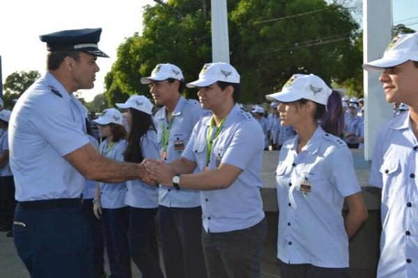 Maj Brig Ar Minelli cumprimentou todos os alunos homenageados