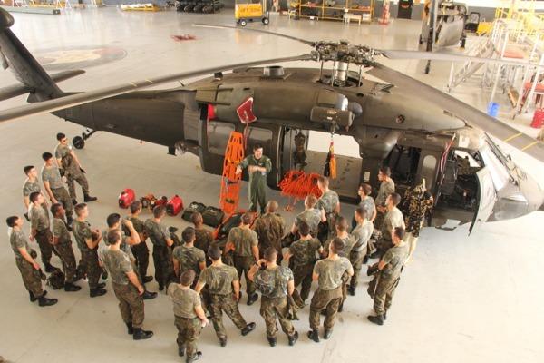 Grupo esteve em unidades aéreas, controle de tráfego aéreo, simulador de voo, batalhão de infantaria e apoio logístico