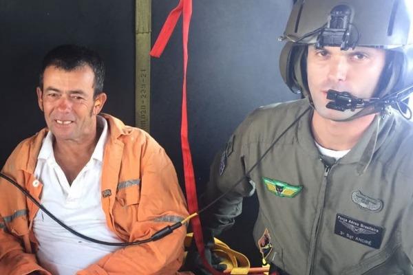 Naufrágio nesta manhã deixou uma vítima fatal, seis desaparecidos e 16 sobreviventes. Helicóptero da Força Aérea levou vítima para Florianópolis
