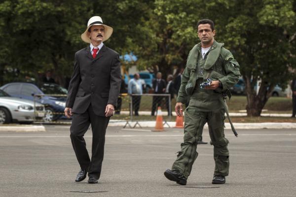 Capitão Fórneas e o personagem Santos Dumont durante encenação