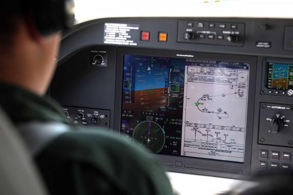 Piloto visualiza carta de navegação do procedimento RPN-AR no painel do IU-50
