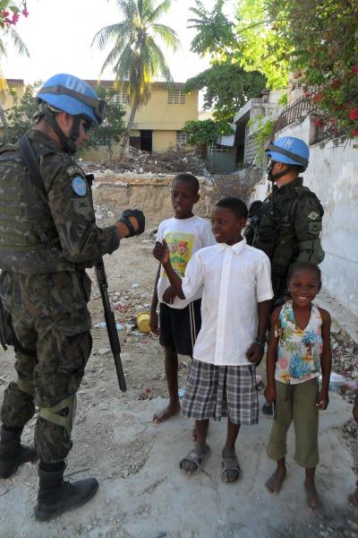 Militares brasileiros são chamados de bon bagay pelos haitianos