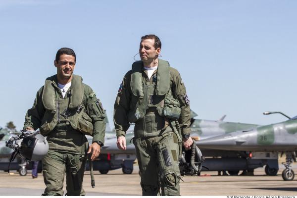 Pilotos de cinco países treinaram táticas para liderar combates com caças Gripen