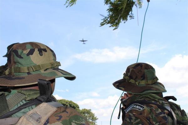 Guias Aéreos Avançados vetorando uma aeronave A-29 (ao fundo)