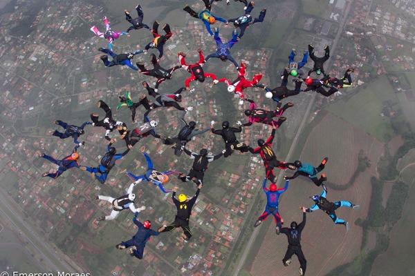Trinta e seis pessoas formaram figuras no ar