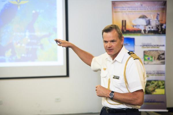 Simpósio trouxe oficiais da Força Aérea Sueca para falar sobre temas operacionais e logísticos ligados à operação do futuro caça brasileiro