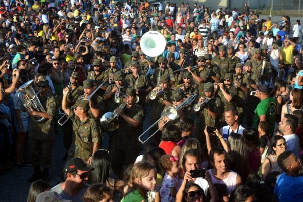 A Banda de Música da BANT apresentou-se marchando em meio ao público