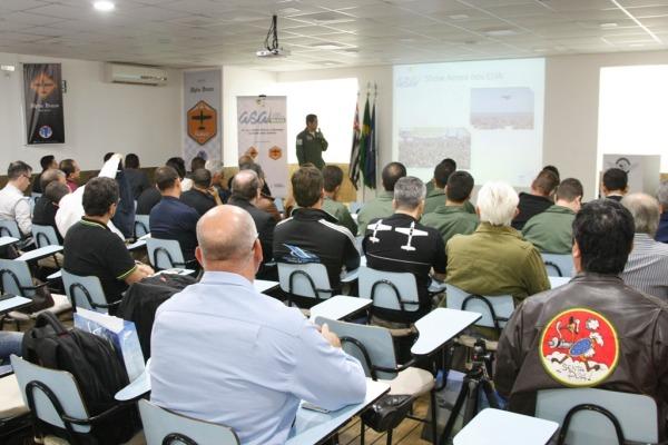 Participaram profissionais ligados à aviação, patrocinadores e organizadores de eventos aéreos