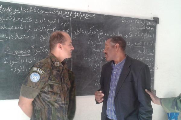 Major Adriano em diálogo com representante da frente Polisario