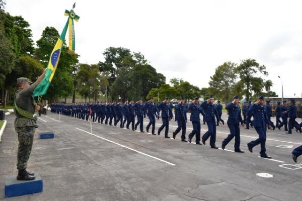 Os novos soldados desfilam em continência à Bandeira