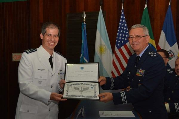 Comandante da Aeronáutica entrega diploma ao Tenente-Coronel Aviador Márcio