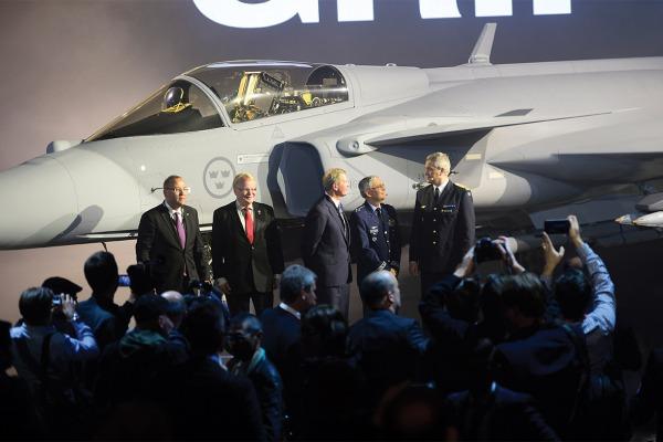 Rollout do caça Gripen NG na Suécia e translado das vítimas do acidente com a delegação da Chapecoense são alguns dos destaques