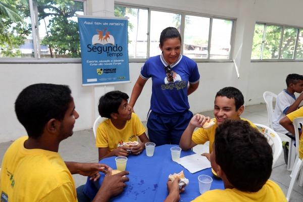 No PROFESP, Karla auxilia no apoio às aulas cívico-militar; na orientação e na i