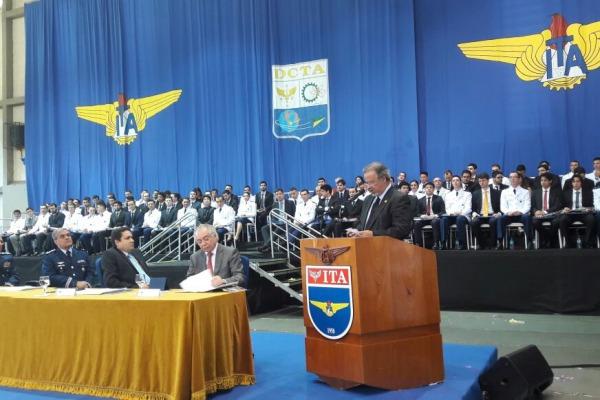 Do total de 84 formados, 33 escolheram a carreira militar