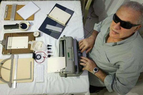 Depois de ficar cego, aviador aprendeu braile, cursou teologia e aprendeu hebraico e grego