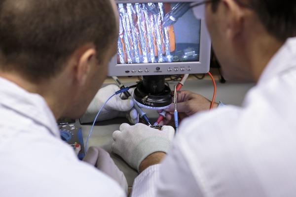 Técnicos do Cenipa analisam o chip de memória do gravador