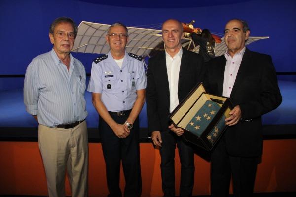 Bandeira do Brasil que cobriu o túmulo do Pai da Aviação foi entregue ao Comandante da Aeronáutica