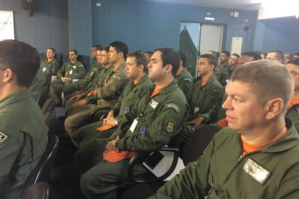 Turma composta por 20 alunos receberá instrução sobre os variados sistemas operativos que compõem o avião