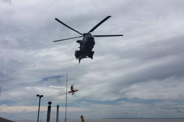Pela primeira vez o esquadrão treina o içamento com maca a partir do convés com o helicóptero H-36
