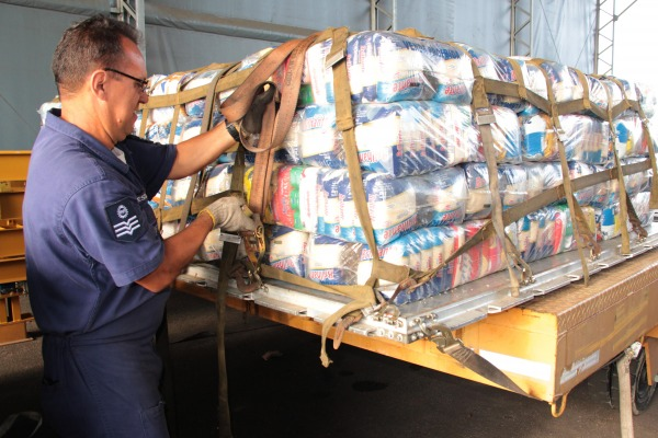 Força Aérea vai transportar 3 mil cestas básicas