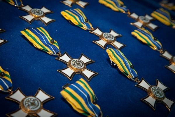 Entre os 280 agraciados estão atletas militares da Rio 2016 e sobreviventes do acidente aéreo com a Chapecoense