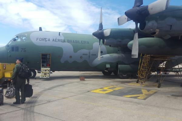 Tripulantes iniciam embarque no C-130 Hércules