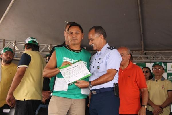 Militares da Fab participam de evento que incentiva produtores