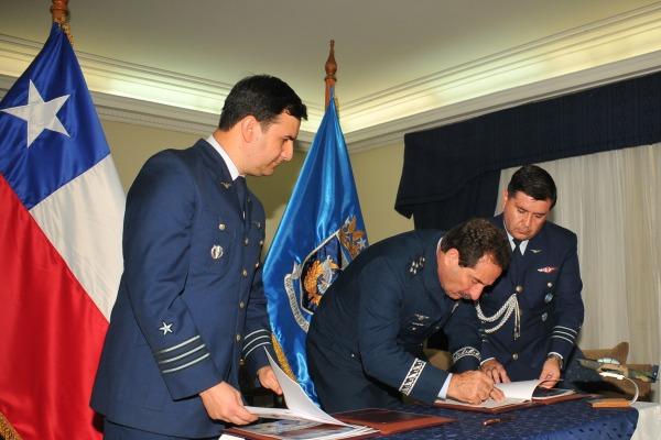 Comandante-Geral de Apoio da FAB assinou memorando em Santiago