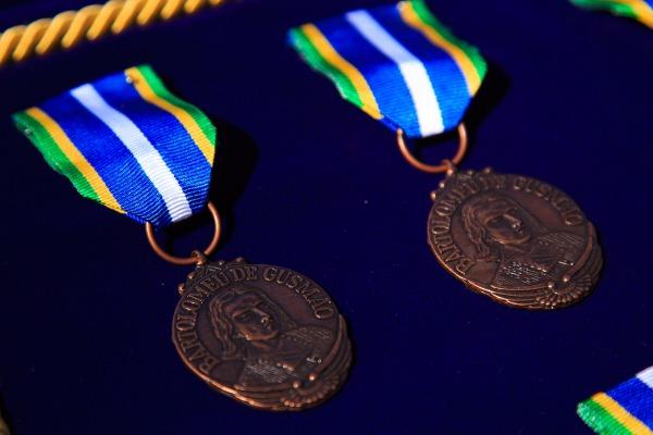 Militares e civis receberam a medalha Bartolomeu de Gusmão