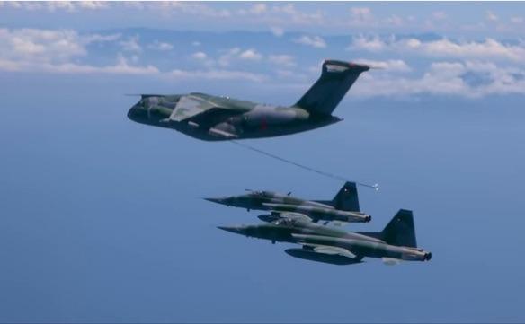 Edição traz como destaque os primeiros ensaio de reabastecimento em voo do KC-390