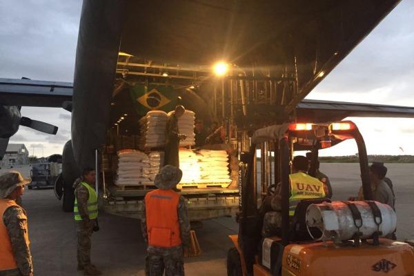 Aeronave da Força Aérea atua no traslado de pessoas, mantimentos e material de construção