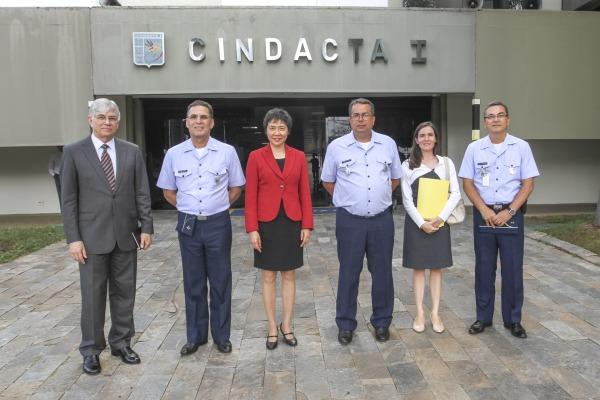 Fang Liu faz visita inédita ao Brasil e a uma unidade da FAB
