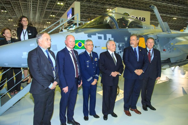 Autoridades posam para foto em frente a nova aeronave de combate da FAB