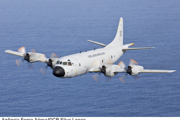 Aeronave P-3 realiza buscas à embarcação