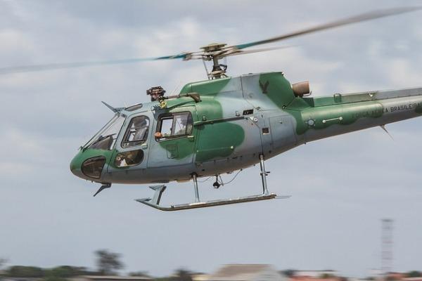 Pilotos de asas rotativas passam por formação na aeronave