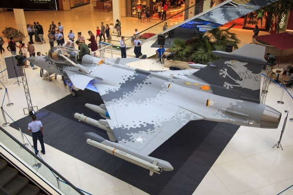 Réplica do Gripen NG ficará exposta entre os dias 13 e 23 de abril no VillageMall Shopping