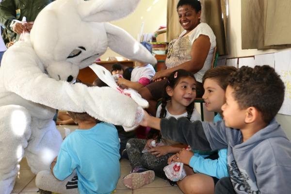 Em Campo Grande (MS), militares da FAB levam donativos a instituições com crianças especiais e com câncer