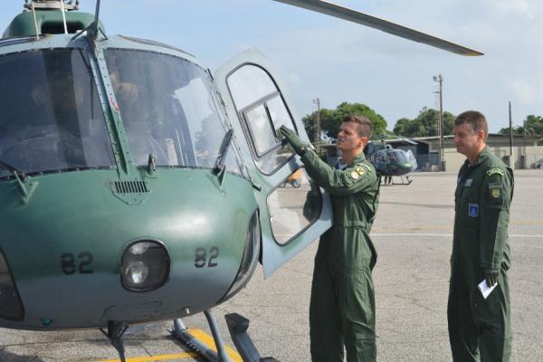 Instrutor faz inspeção visual antes do voo