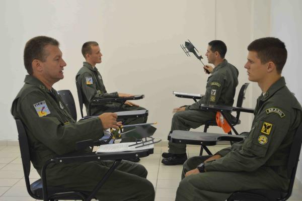 Briefing dos instrutores para os futuros pilotos de helicóptero