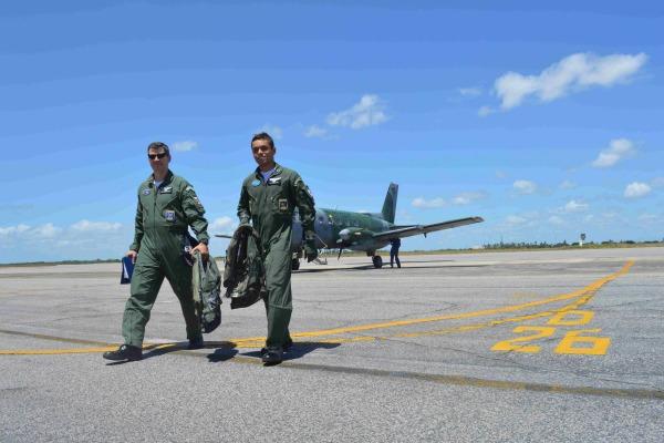 Instrutor e aluno do Esquadrão Rumba após o voo