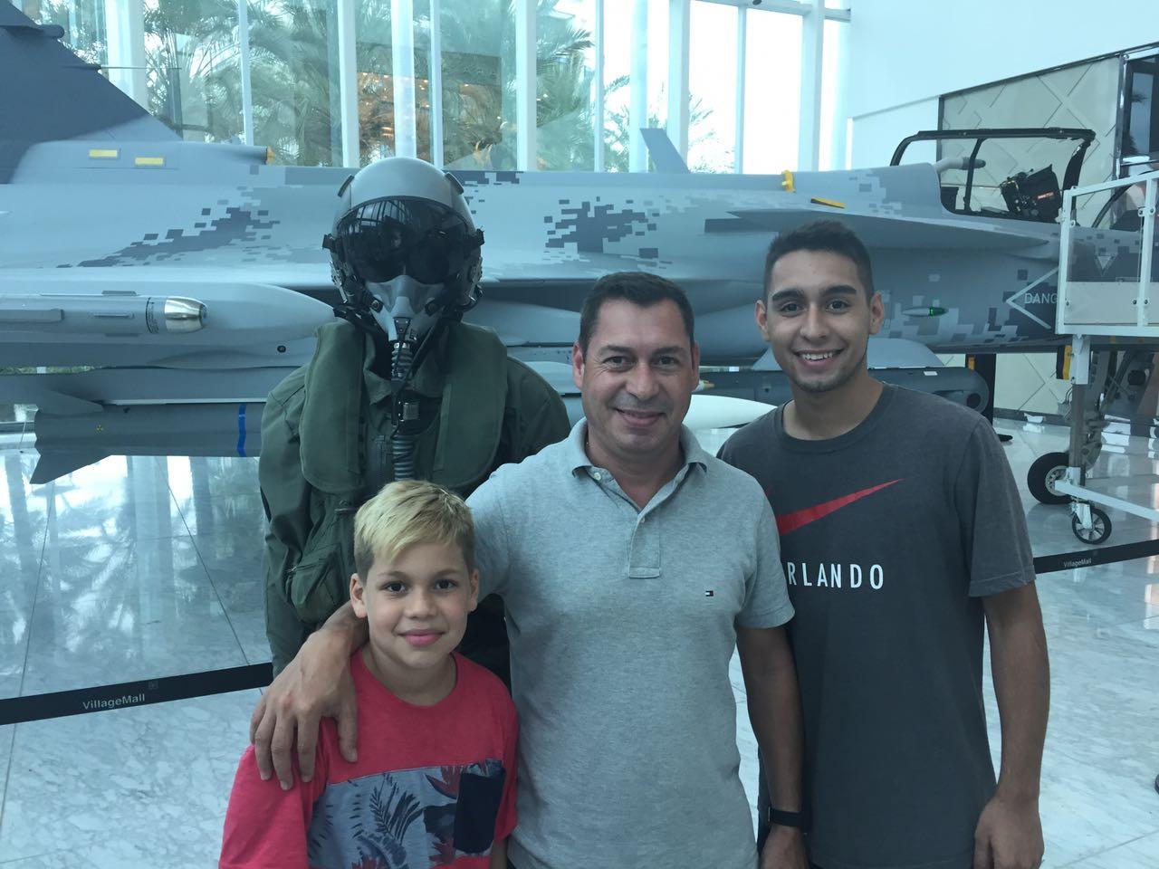 Família argentina conheceu novo avião de combate da FAB