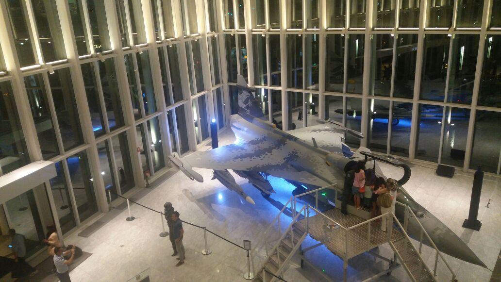 Réplica do Gripen NG fica exposta até domingo (23/04) no RJ