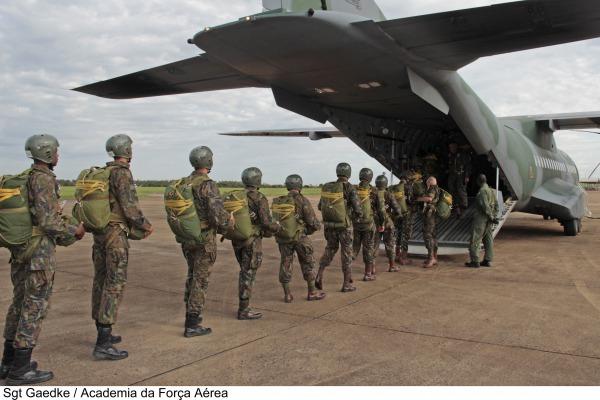 Embarque para o salto de emergência dos cadetes do 1º Esquadrão