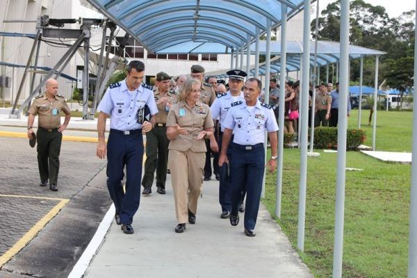 A diretora do CID, Contra-Almirante Martha Herb, acompanhou a visita