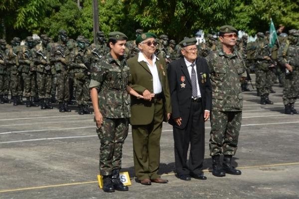 Integrantes da Força Expedicionária Brasileira recebem homenagem