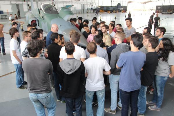 Mais de 60 alunos da PUC-RS conheceram a rotina operacional da Ala 3