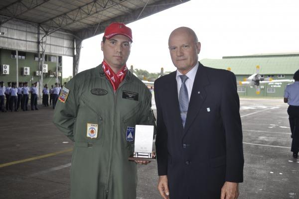 Major (à esquerda) recebe prêmio por pesquisa