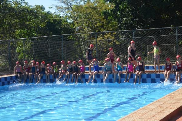 Os estudantes desenvolvem atividades físicas e trabalhos pedagógicos no contra turno escolar
