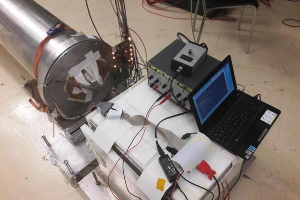 Fotos dos arranjos sendo testados no feixe de nêutrons de alta energia